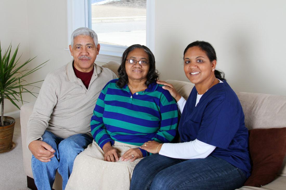 El trabajador de atención domiciliaria con la pareja vieja