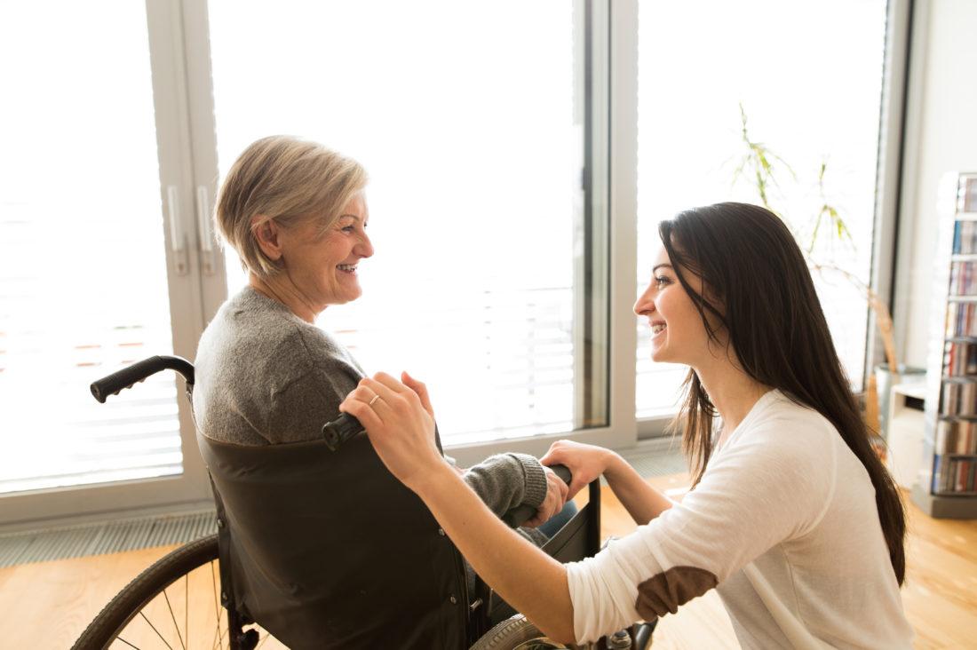 El paciente anciano con la auxiliare de salud en el hogar