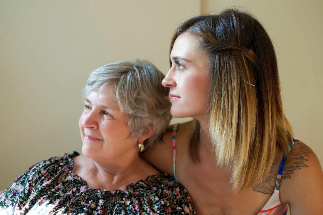 La especialista de social médico con la mujer mayor